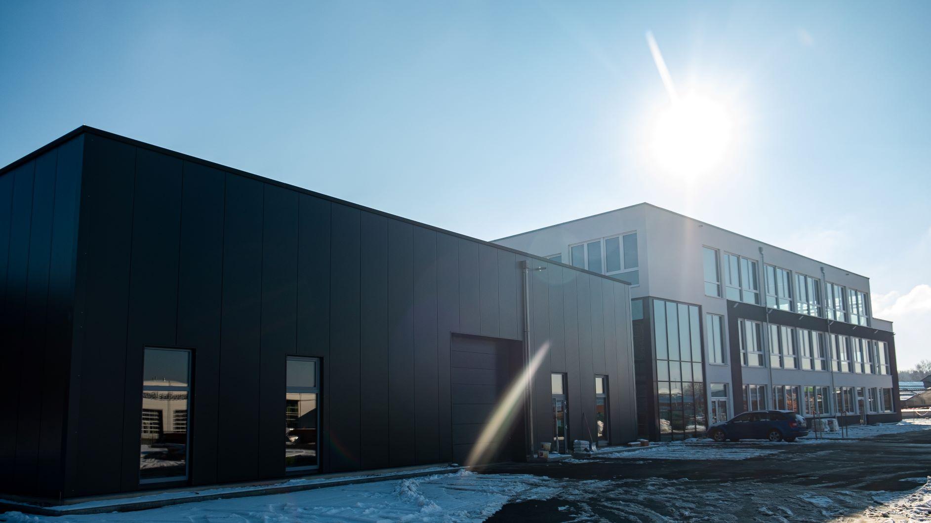 Neubau-der-pro-micron-GmbH-mit-Produktions-und-Bueroraeumen.-1