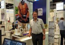 Rainer Wunderlich vor dem tip300-Stand auf der Sensor + Test in Nürnberg